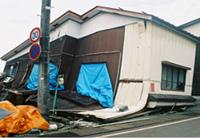 2004年新潟県中越地震での倒壊家屋